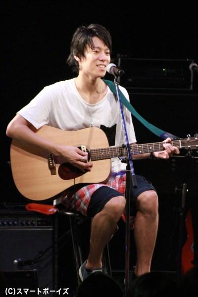伊勢さんは特技のギターでオリジナル曲「君への手紙」を披露