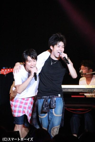 2人が肩を組んで一緒に歌うシーンもしばしば見られました