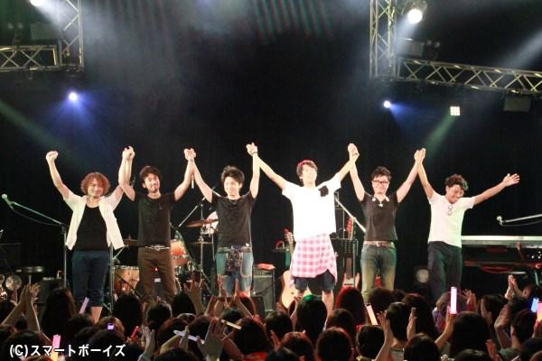 最後はバンドメンバーと手をつないでファンと挨拶。次回の「GACHI LIVE」が待ちきれません!