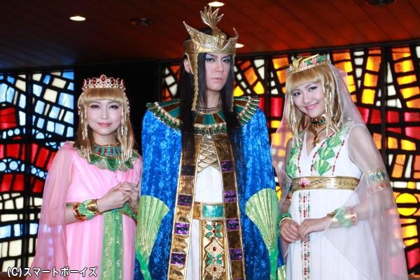 囲み会見に臨んだ浦井さんとキャロル役の新妻聖子さん(左)と宮澤佐江さん(右)
