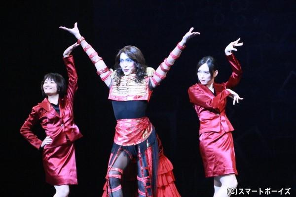 セクシーな衣装が印象的な「竜玉キャンペーンガール」 (左より)森田涼花さん、舘形比呂一さん、角島美緒さん