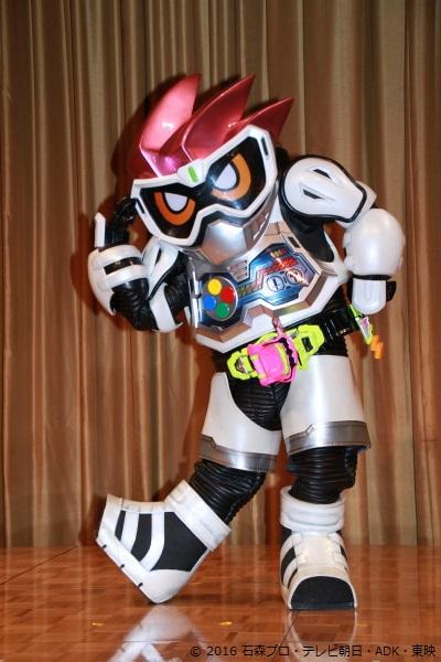 これが噂の「仮面ライダーエグゼイド(レベル1)」、飯島さんも『ゆるキャラみたいだなぁ』と第一印象で語る程の衝撃的なフォルム