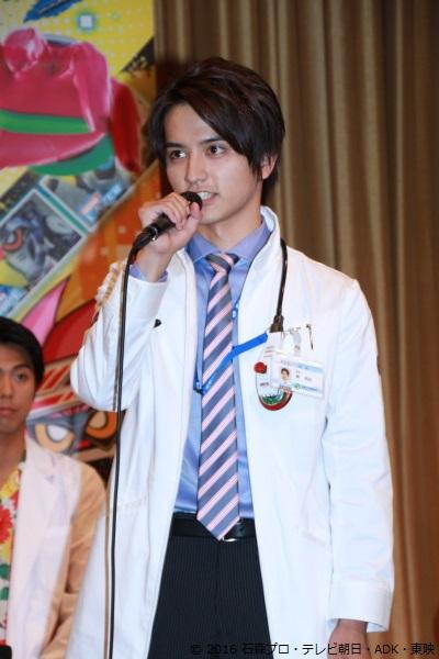 瀬戸さん演じる鏡飛彩(かがみ ひいろ)は、聖都大学付属病院に勤める天才外科医で、博多華丸さん演じる病院長の息子
