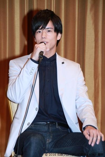 岩永さん演じる檀黎斗(だん くろと)は、バグスター対策の拠点となる「CR」を発足させ、仮面ライダーたちをサポートしている