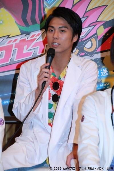 小野塚さん演じる九条貴利矢(くじょう きりや)は、仮面ライダーシステムの謎を探り、自らもバグスターとの戦いに身を投じる監察医