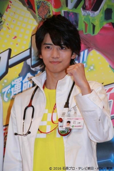 飯島さん演じる宝生永夢(ほうじょう えむ)は、聖都大学付属病院小児科の研修医で天才ゲーマーという顔を持つ