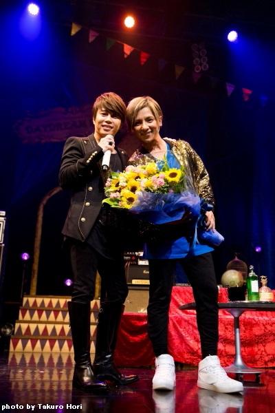 松岡さんへのお祝いにサプライズで駆けつけた西川貴教さん(写真右)