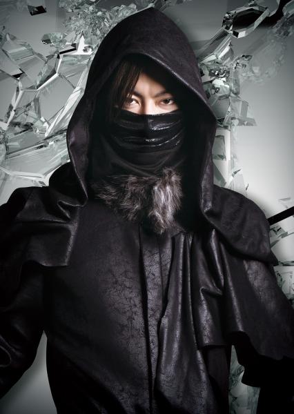謎の占い師、ブラック・サンタ役の中村龍介さん
