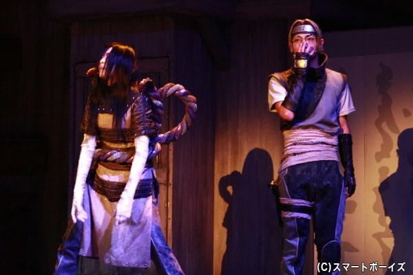 妖しい企みをめぐらす大蛇丸(悠未ひろさん・左)と薬師カブト(木村達成さん・右)