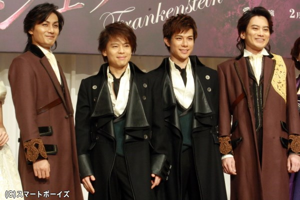 中川さんと柿澤さんは科学者ビクター、加藤さんと小西さんはアンリの衣裳姿で登場!