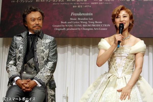 (左から)ベテランながら緊張をみせた相島一之さんと、ドレス姿が美しい音月 桂さん