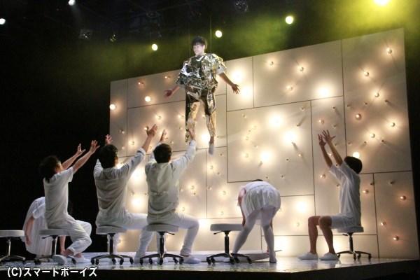 劇中では、小澤さんがワイヤーに吊るされた状態で熱演!!