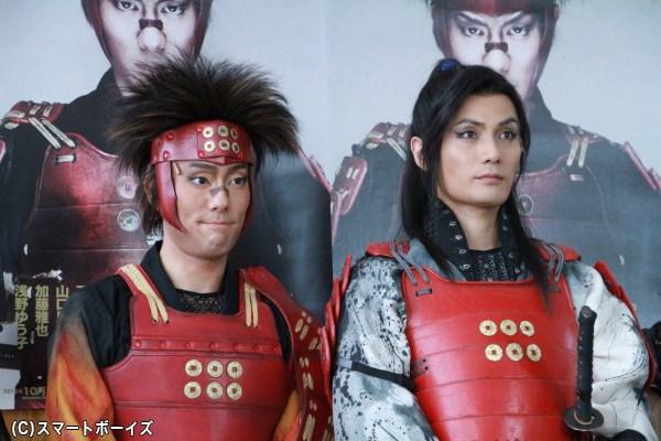 囲み会見に出席した中村勘九郎さん(左)と加藤和樹さん(右)