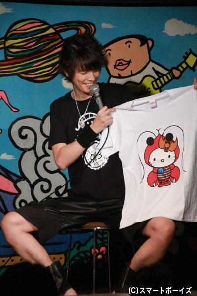ザリガニ好きが高じ、キティちゃんとのコラボが実現! かわいいデザインのTシャツです。