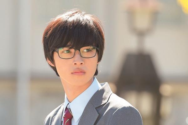 山崎賢人さんは、メガネ姿でピアニストの主人公・有馬公生役を熱演
