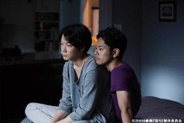 綾野剛さん、妻夫木聡さんはゲイのカップルに扮します