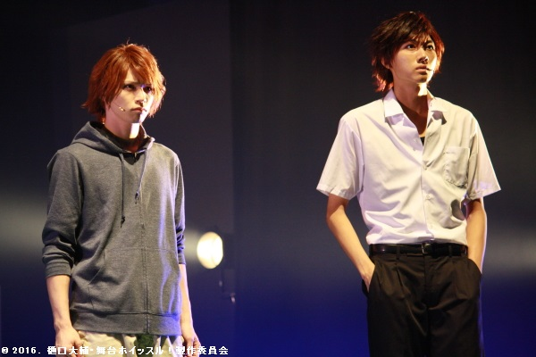 椎名翼(左・北村諒さん)、不破大地(右・小坂涼太郎さん)らが試合を見つめる