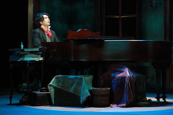 コミカルなシーンに、魂を削るようにピアノを奏でる迫真の姿も