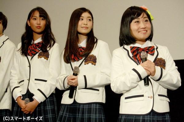 (左から)女子生徒を演じた青木珠菜さん、大熊杏実さん、キンタロー。さん