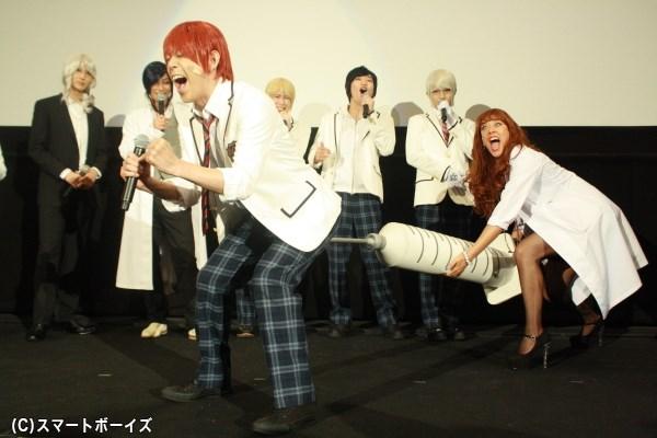 アキラさんのお尻に、ソソ子先生が巨大注射でラブ注入!?