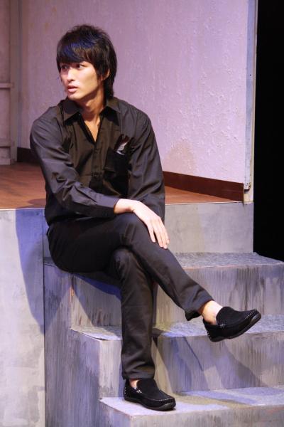 登場人物が次々と死ぬ特殊な作風で知られる、悲劇作家の恭一郎を演じる鷲尾修斗さん