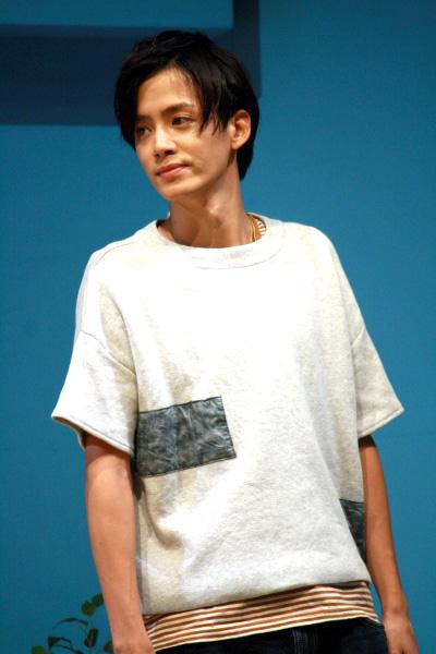銀行強盗訓練に客役として参加する青年役の小野健斗さん