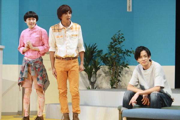 通行人の2人(左端から、上村海成さんと中尾拳也さん)も加わり、客役は3人に