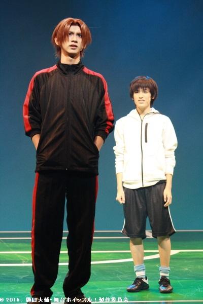 高いサッカーレベルを持つ水野竜也(左・秋元龍太朗さん)と出会う