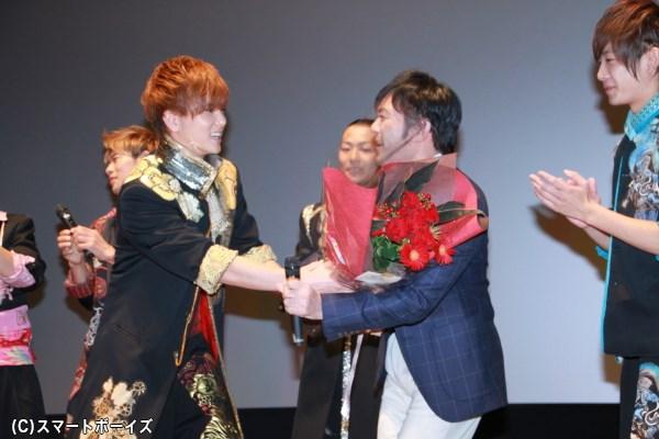 10月27日に誕生日を迎えた渡辺いっけいさんにボイメンメンバーから花束のサプライズプレゼント!