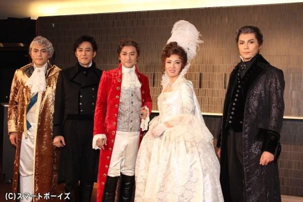 (写真左より)佐藤隆紀さん、石田一孝さん、石丸幹二さん、安蘭けいさん、平方元基さん