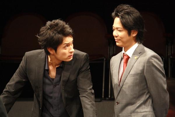 (左から)警察官・榊役の林田航平さん、弁護士・浅野役の浅倉一男さん