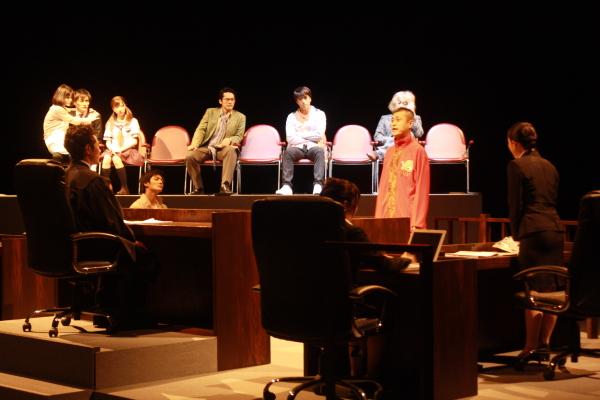話題作が4年ぶりに舞台化上演、劇場中央にリアルな法廷が出現!