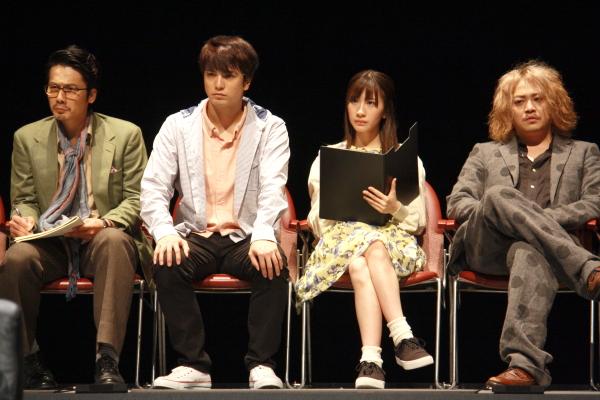 (左から)傍聴マニアの4人を演じる宮原将護さん、中村優一さん、石田晴香さん、宮下雄也さん