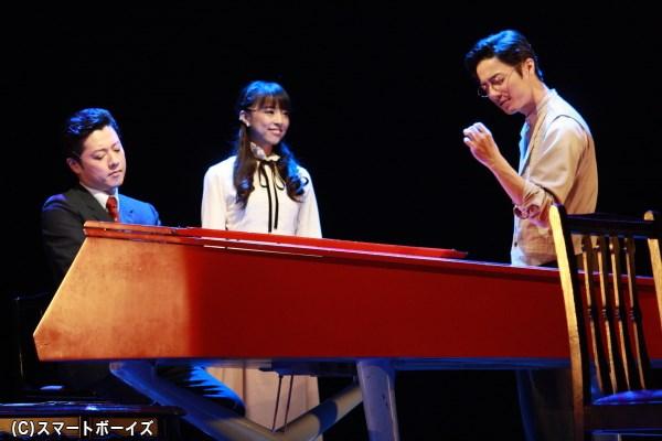 幸役の愛加あゆさん(写真中央)との、歌唱シーンは大きな見どころ