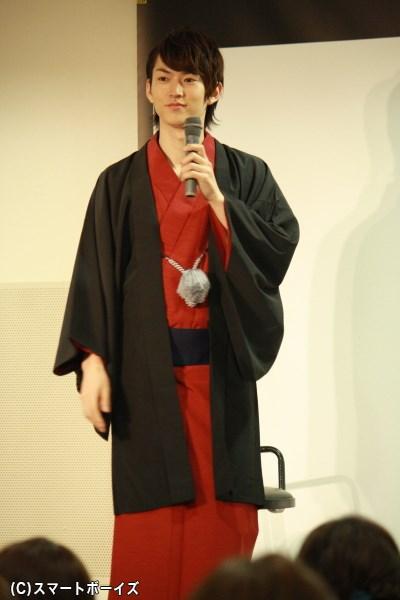 ちょっとテレながらも、客席にえんじ色の着物姿を披露する和田さん