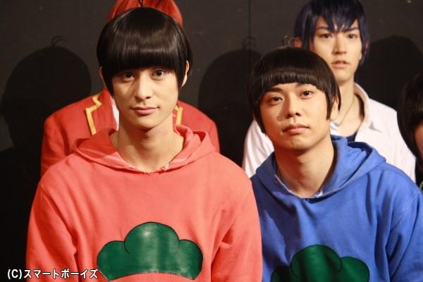 (左から)おそ松役の高崎翔太さん、カラ松役の柏木佑介さん