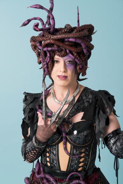 吉田メタルさんas スネイキア 海の魔女。何万年も前から生きており、若い魂を取り込んで闇を支配してきた。