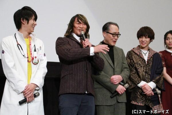 アメトーーク!「仮面ライダー芸人」にも出演した棚橋さんは、2人のライダーに囲まれ大喜び