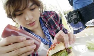 真剣にハンバーガー作り中の遊馬晃祐さん