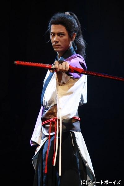 中村誠治郎さんが戦乱の中、鞘を手に立ち回る男・高丸を熱演!