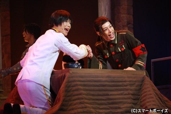 (左から)日本役の植田圭輔さん、中国役の杉江大志さん