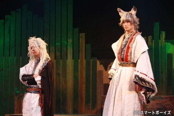 (写真左)蛇の神、蛇頭千(みづち)役の上仁樹さん(Wキャスト出演)