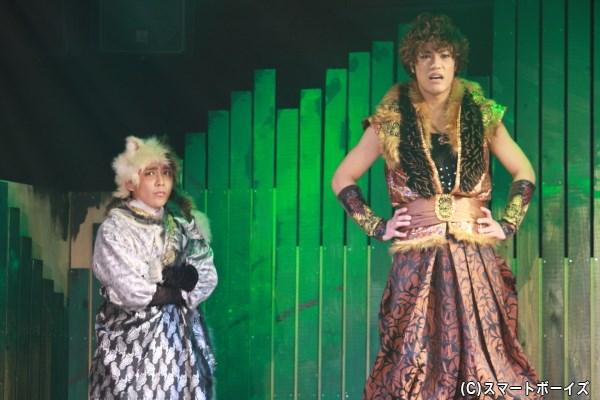 (写真左から)犬牙(けんが)役の原野正章さん、猿天丸(えんてんまる)役の真佐夫さん