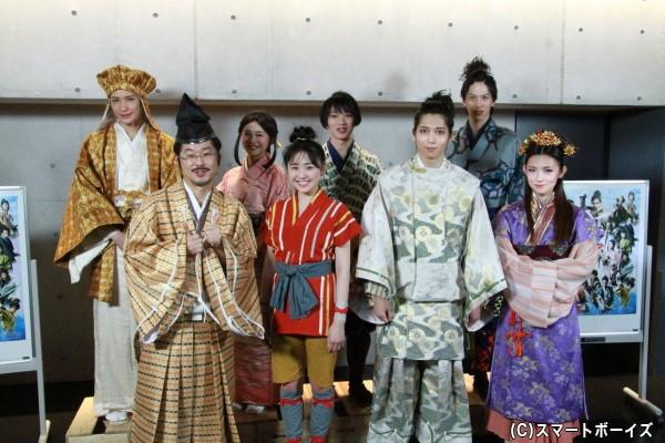 (左前列より)山崎樹範さん、加藤梨里香さん、染谷俊之さん、星野真里さん (左後列より)井深克彦さん、新垣里沙さん、植田圭輔さん、白又敦さん