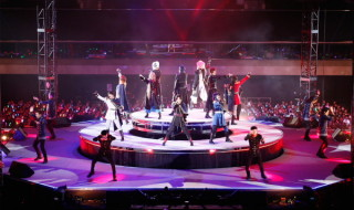 特設の円形ステージを駆使した演出!