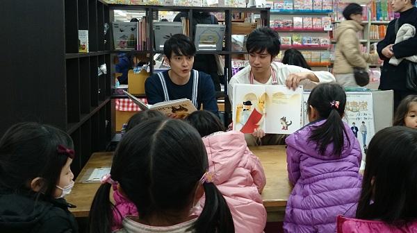お二人のエプロン姿は貴重です! 子ども達も身を乗り出して、物語の世界を楽しんでいました。