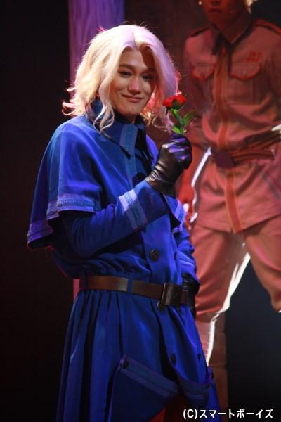 赤いバラがよく似合う、優雅で気品あふれる佇まいで魅せます!