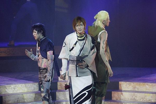 シキ(左)、ウリエ(中央)、メィジ(右)の「アクマ衣装」