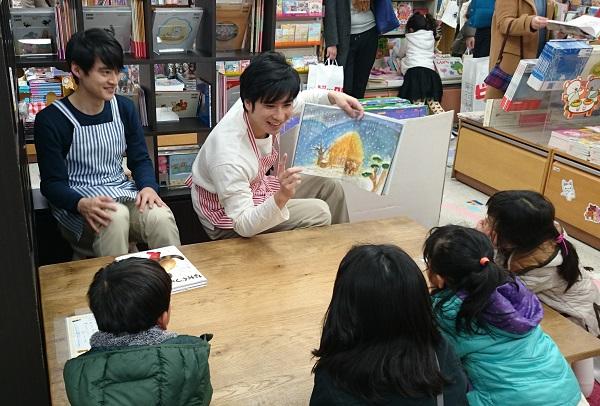 右が滝口さん、左が木ノ本さん。 絵本『ながぐつをはいたねこ』と『かさじぞう』を、読み聞かせしました。