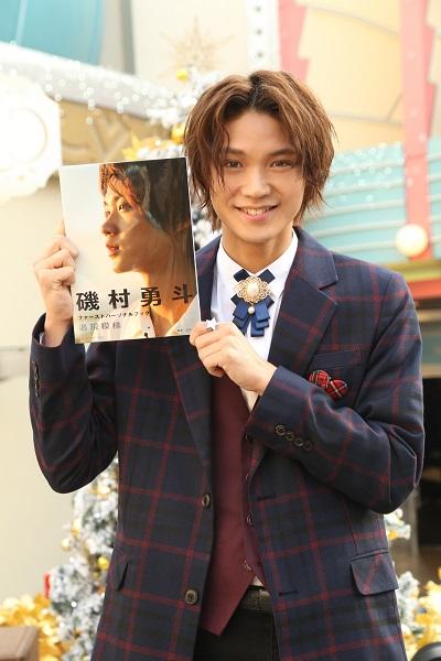 著書を手に笑顔を見せる磯村さん